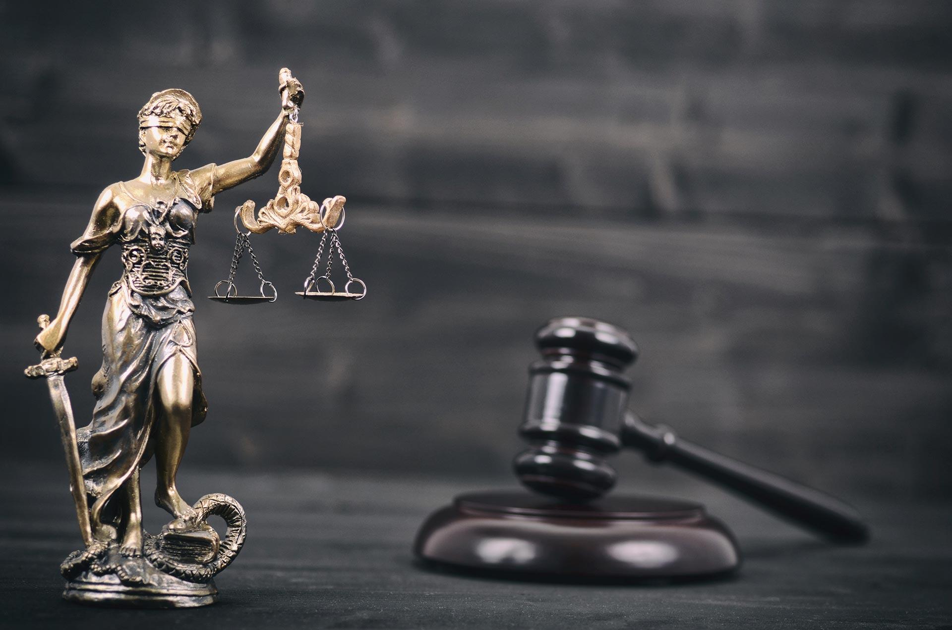 Lady Justice y Juez Martillo
