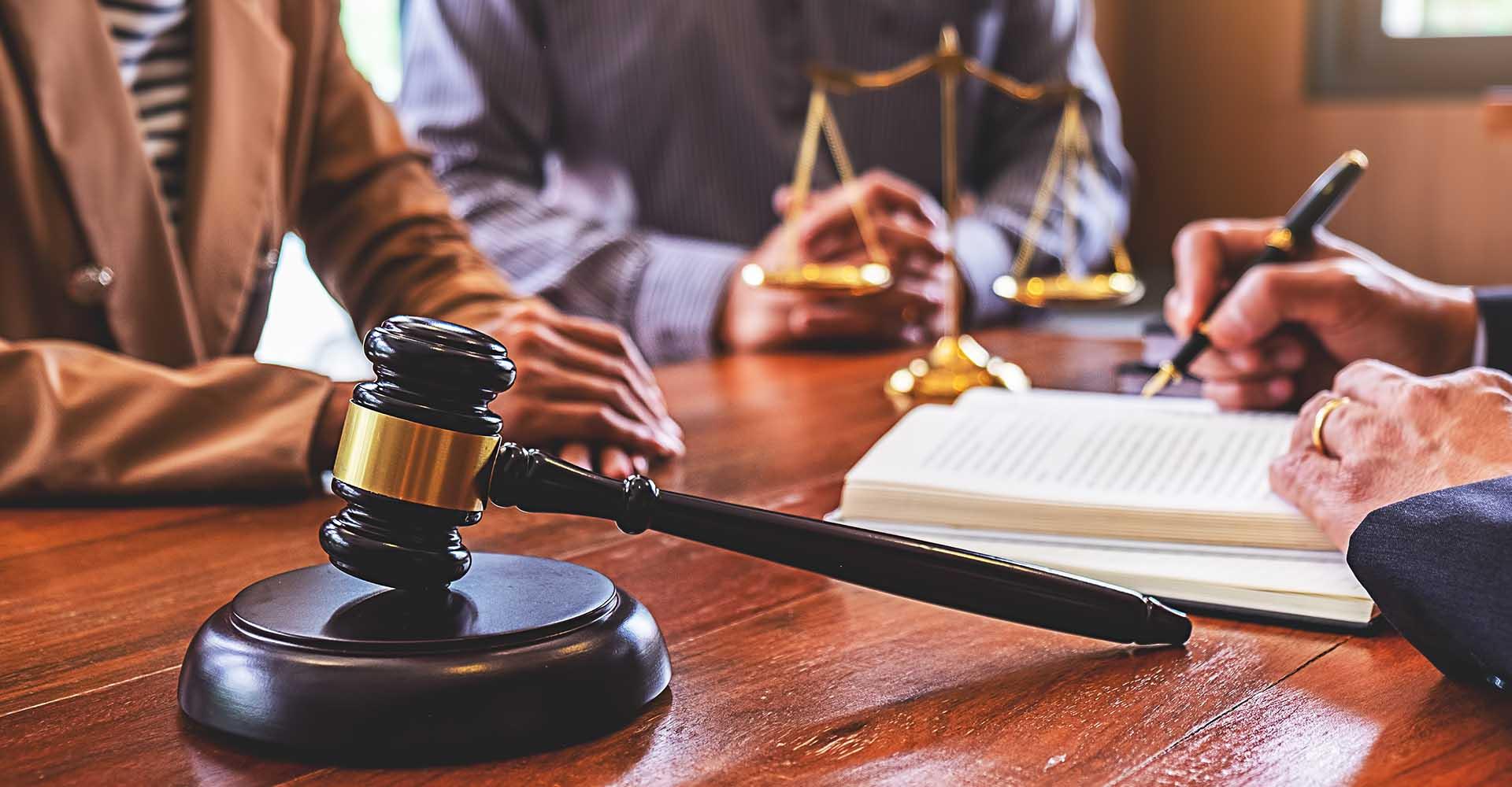 luật sư trong khi gặp khách hàng tại văn phòng luật của anh ấy